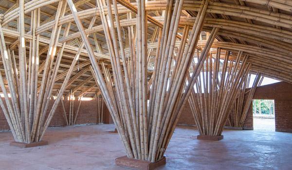 penggunaan material bambu untuk eksterior tiang
